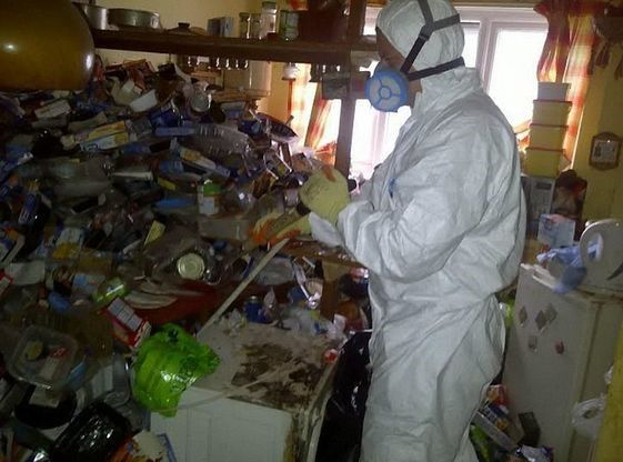 Signs and Behaviors of Hoarding Disorder | Right at Home ...